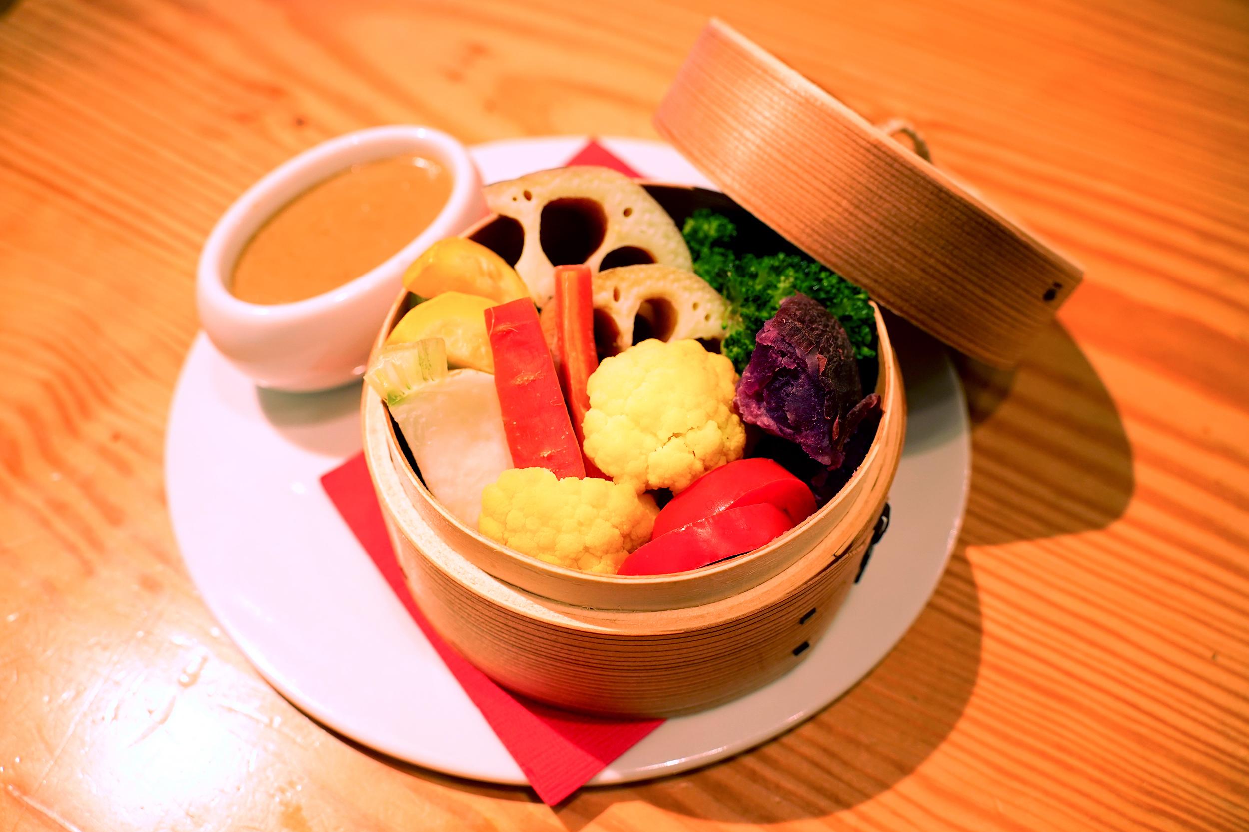 彩り野菜の蒸籠蒸し カニ味噌のバーニャカウダ<br />